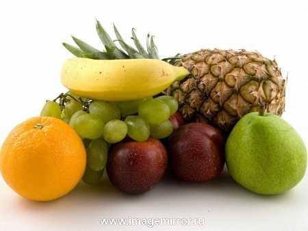 ФРУКТЫ. То, что фрукты богаты витаминами, знают все. Это свойство успешно используют в своей работе производители натуральной косметики. Вытяжки из различных фруктов широко применяются для изготовления кремов и масок для лица. Кожа в результате такого воздействия приобретает сияющий, отдохнувший и здоровый вид, что неудивительно, - ведь она насыщается витаминами. Сравнительно недавно ученые открыли еще одно уникальное свойство фруктов - способность защищать и укреплять волосы. Этот эффект достигается за счет жирных восковых эфиров, содержащихся во многих фруктах.