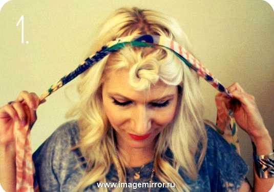 Отделите треугольную секцию с челкой и закрутите волосы в узел.