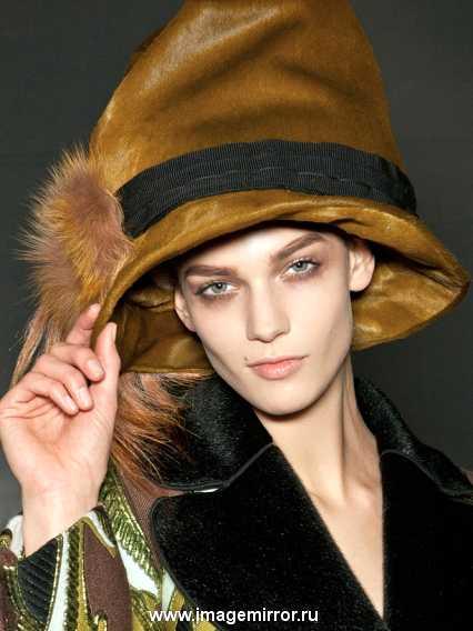 Маникюр в стиле Nude, Louis Vuitton.